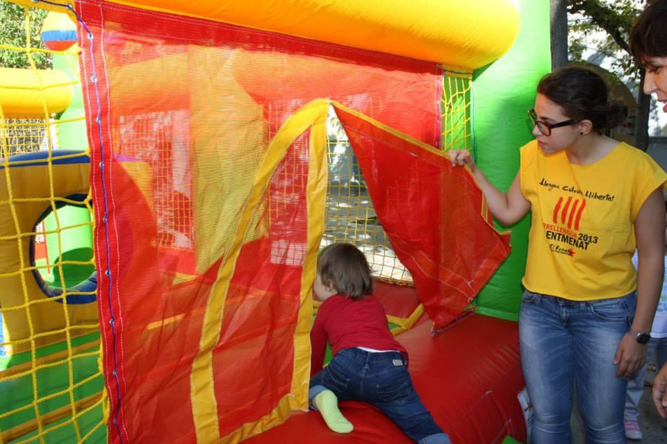 Un nen entra al castell inflable